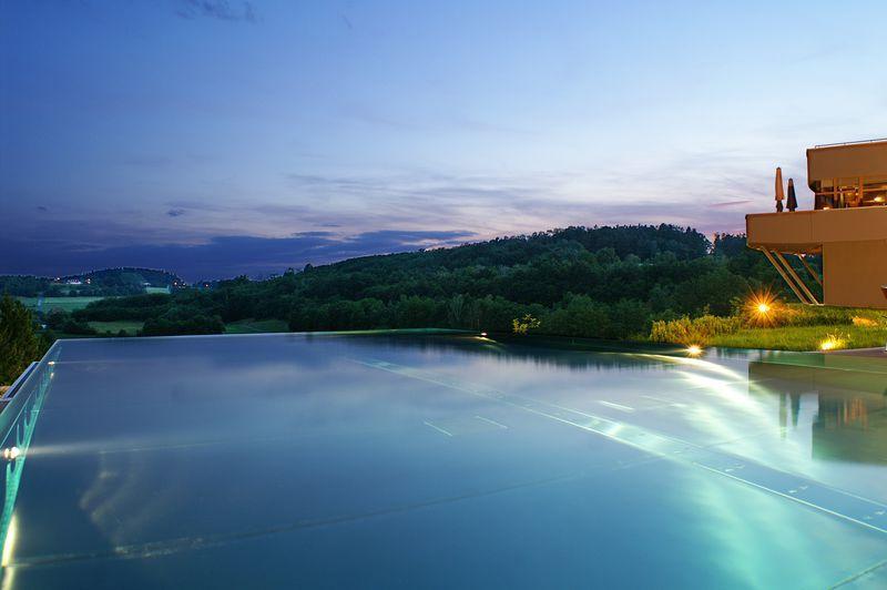 balance-hotelansicht-panorama-pool-huegel